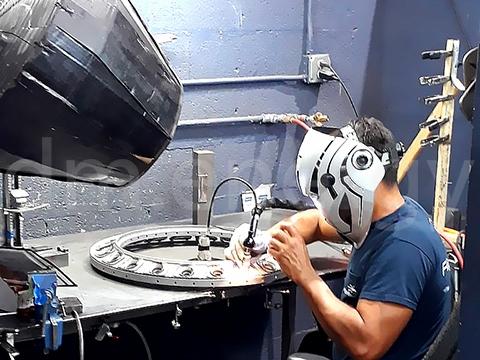Специалист Восстановительный ремонт и производство деталей за работой